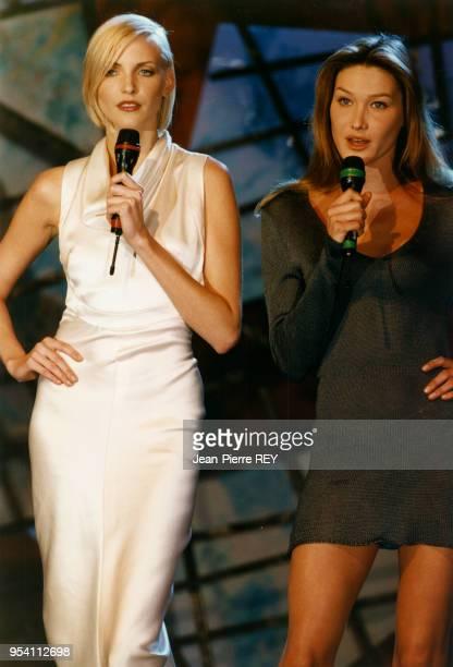 Les top models Nadja Auermann et Carla Bruni sur scène avec un World Music award lors d'une soirée le 3 mai 1995 à Monaco