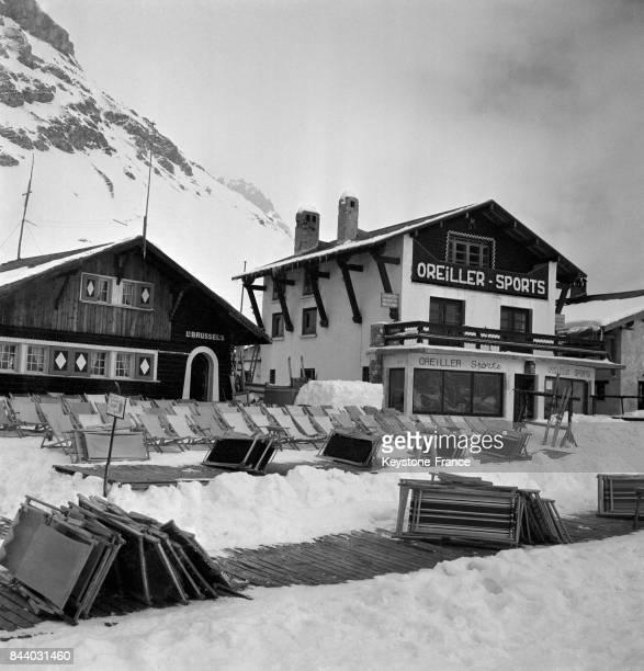 Les transats pliés attendent le retour du soleil au Val d'Isère France en février 1956