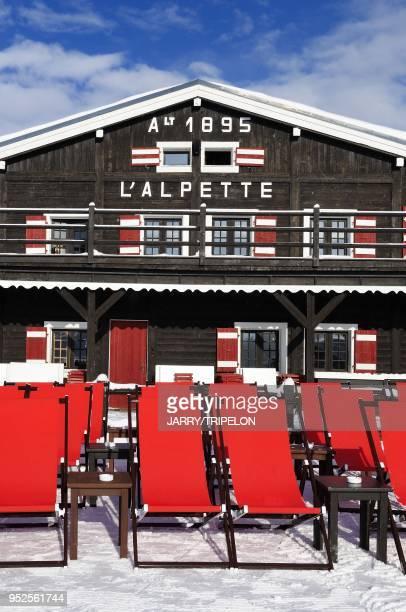Les transats rouges de la terrasse du celebre restaurant d 'altitude L'Alpette, sur le secteur Rochebrune du domaine skiable. Megeve, Pays du...