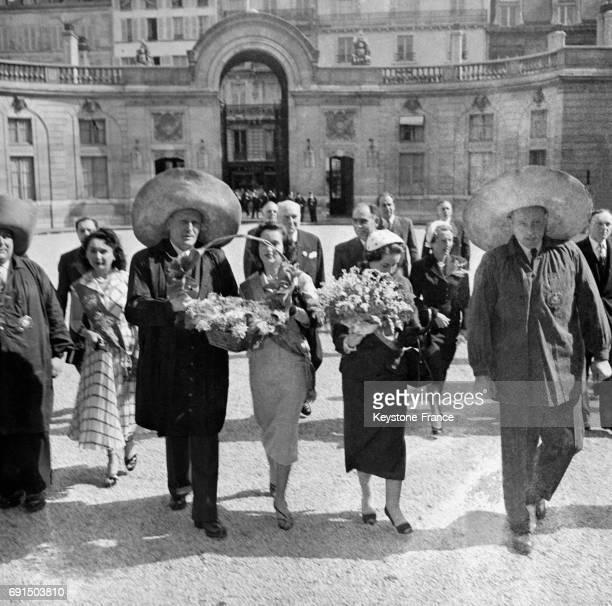 Les travailleurs des Halles accompagnés par la Reine des Halles arrivent au Palais de l'Elysée pour offrir le muguet portebonheur au Président Auriol...