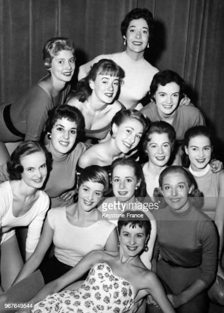 Les treize danseuses sélectionnées pour assurer la promotion du show TV 'Sunday night at the Palladium' en répétition le 30 août 1955 à Londres...
