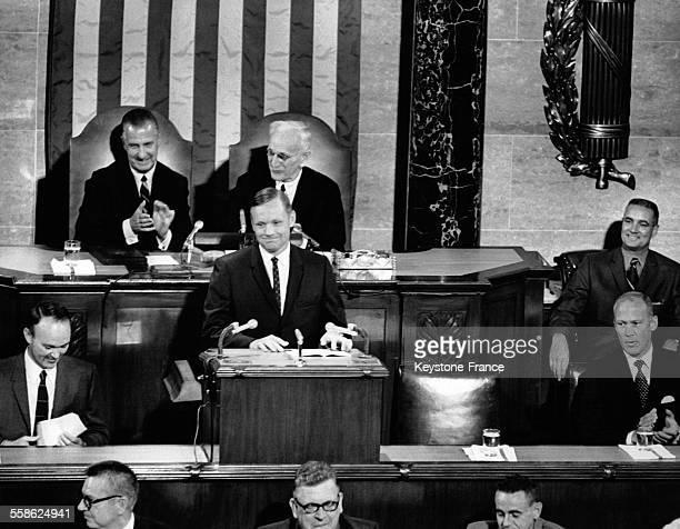 Les trois cosmonautes de la mission spatiale Apollo 11 reçus au Congrès américain Neil Armstrong fait un discours à la tribune à sa gauche Michael...
