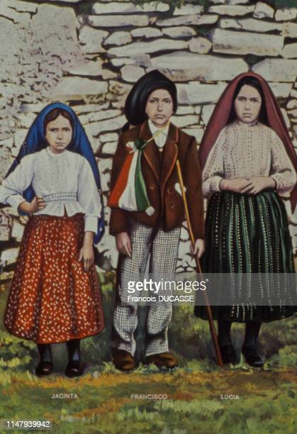 'Les trois petits bergers de Fatima' : Lucie, François et Jacinthe, témoins d'apparitions de la Vierge Marie à Fatima, en 1917, Portugal.
