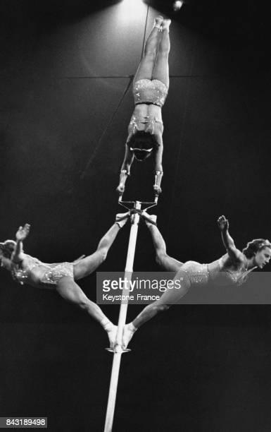 Les trois soeurs Antalek durant leur fameux numéro d'acrobatie à la perche le 9 avril 1938 à New York EtatsUnis