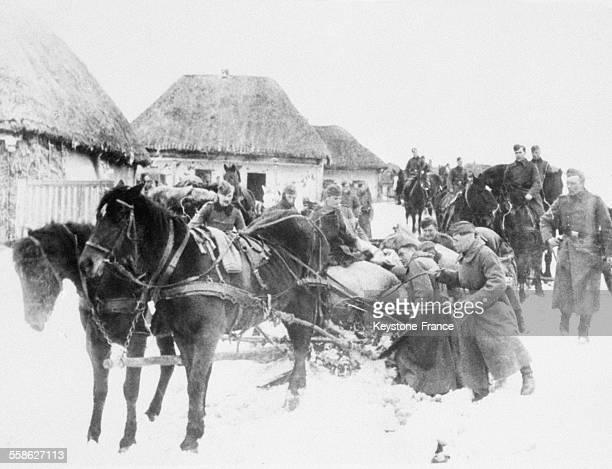 Les troupes allemandes dans leur retrait emmenent les vivres qu'elles ont pille dans les villages en 1942 a Kharkov Ukraine