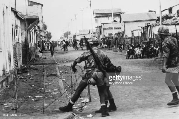 Les troupes françaises en Somalie française prennent des mesures préventives en installant des barbelés dans les rues de Djibouti le 14 avril 1967