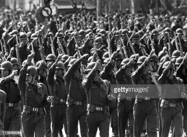 Les troupes grecques défilent durant la célébration de la fête nationale à Athènes le 24 avril 1972 Greek army's soldiers parade during the...