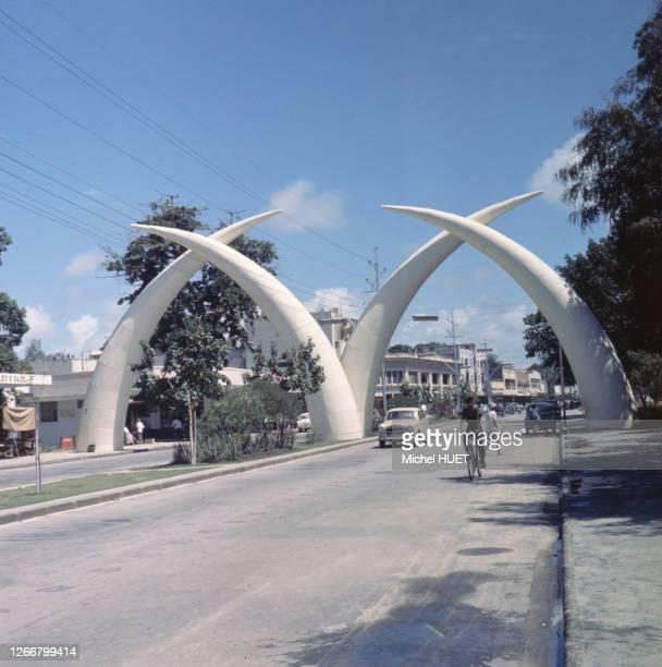 Les 'Tusks' de Moi Avenue à Mombasa, en août 1972, Kenya.