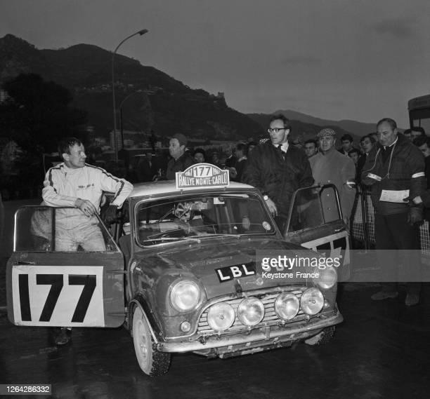 Les vainqueurs Rauno Aaltonen et Henry Liddon, sur BMC Mini Cooper S, à l'arrivée du rallye de Monte-Carlo à Monaco, le 20 janvier 1967.