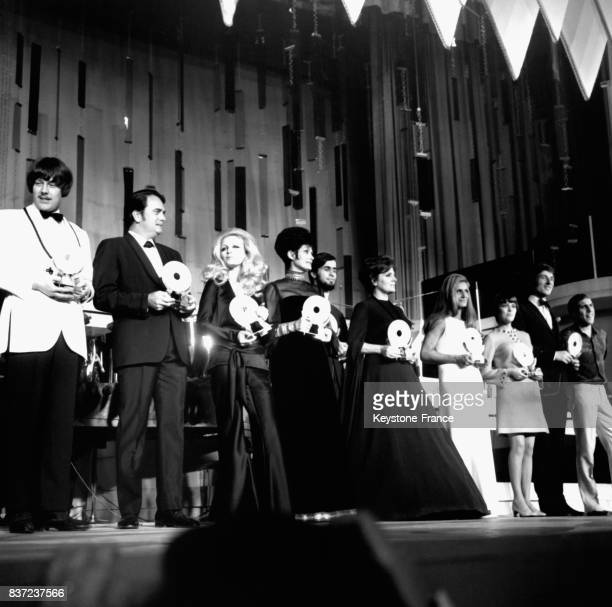 Les vedettes de la soirée après avoir reçues leurs trophées avec Patty Pravo Amalia Rodrigues Dalida Mireille Mathieu Udo Jurgens Adriano Celentano...