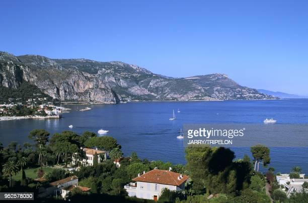 les villas de SaintJeanCapFerrat en arrière plan la villa Kerylos et le village d'Eze AlpesMaritimes région ProvenceAlpesCôte d'Azur France les...