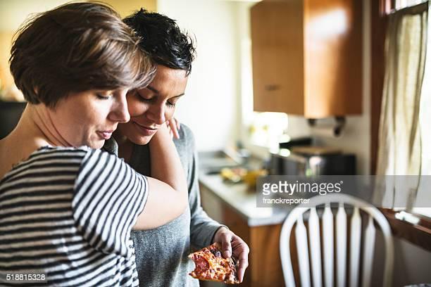 Homosexuell Paar Essen Pizza Zusammenhalt