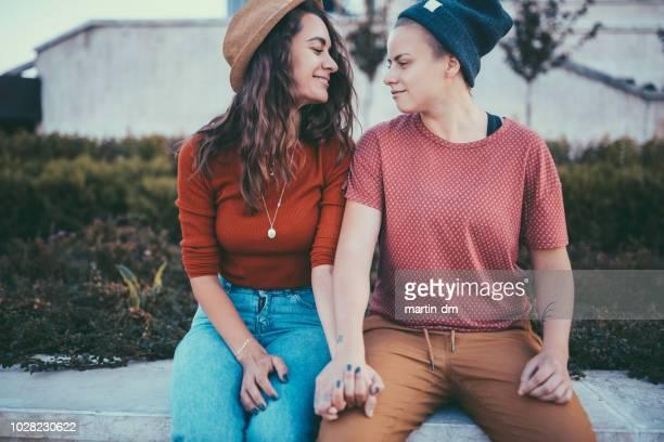 couple de lesbiennes face-à-face main dans la main - ados lesbiennes en couple photos et images de collection