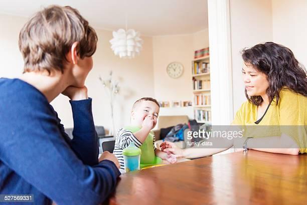 Lesbische paar Füttern Ihr Sohn