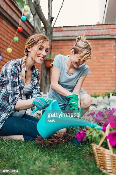 Couple de lesbiennes jardinage dans son jardin.
