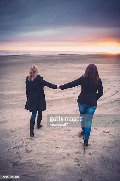 Lesbe paar Hände halten