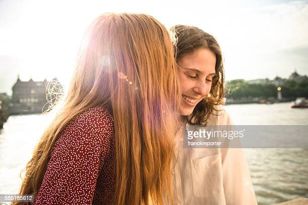 lesbian couple in london on westminster bridge - baisers lesbiennes photos et images de collection