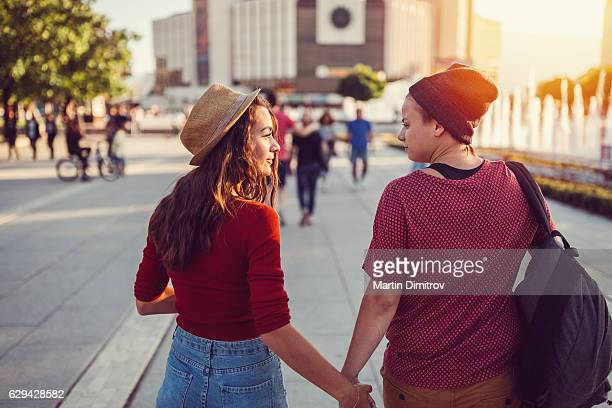 lesbian couple in the city - lesbian dating stock pictures, royalty-free photos & images