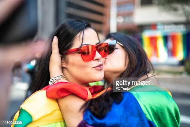pares da lésbica que beijam durante a parada de lgbtqi - desfiles e procissões - fotografias e filmes do acervo