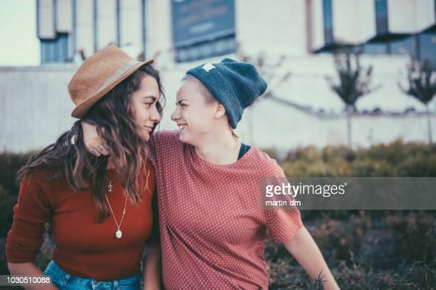 レズビアンのカップル笑い顔 - バイセクシャル ストックフォトと画像