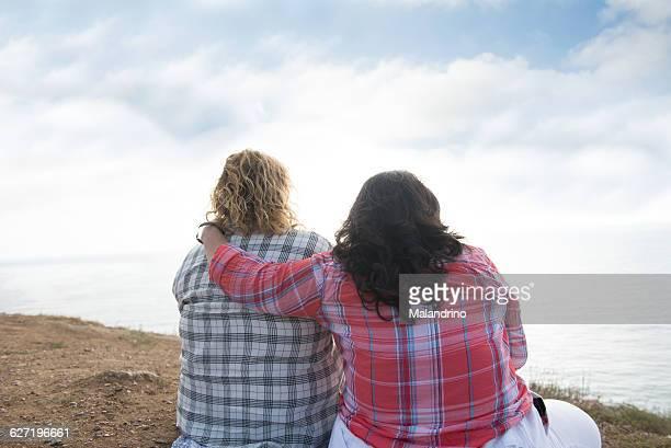 lesbian couple - blond mollig frau stock-fotos und bilder