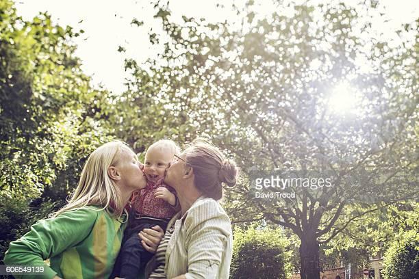 lesbian family with baby boy - lesbisch lesbe lesben stock-fotos und bilder