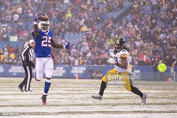 LeSean McCoy of the Buffalo Bills makes a onehanded catch during the fourth quarter against the Pittsburgh Steelers on December 11 2016 at New Era...