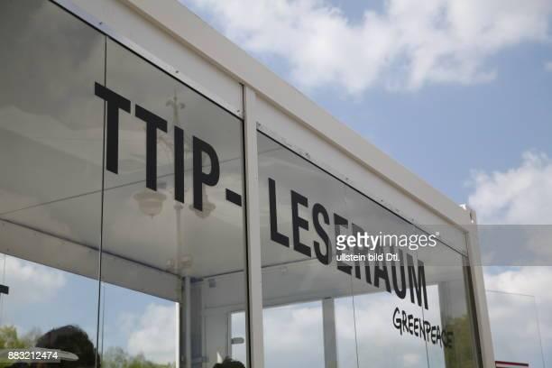 TTIP Leseraum von Greenpeace am Brandenburger Tor in Berlin am
