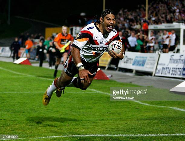 Lesley Vainikolo of Bradford scores a try during the Engage Super League match between Bradford Bulls and Warrington Wolves at Odsal Stadium on...