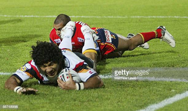 Lesley Vainikolo of Braford scores his second try during the Engage Super League First Elimination playoff match between Bradford Bulls and London...