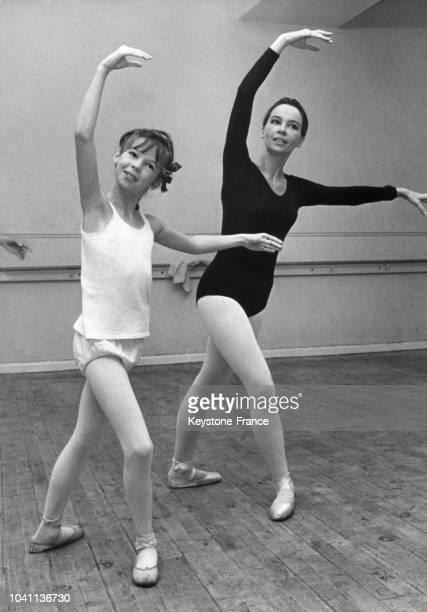 Leslie Caron et sa fille Jennifer en cours de danse classique, à Londres, Royaume-Uni, circa 1960.