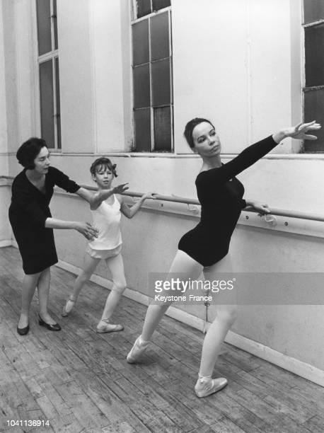 Leslie Caron et sa fille Jennifer à un cours de danse classique, à Londres, Royaume-Uni, circa 1960.