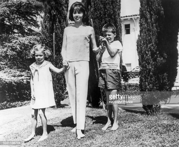Leslie Caron et ses enfants, Christopher et Jennifer dans le jardin de leur maison à Beverly Hills, Californie, Etats-Unis, en 1964.