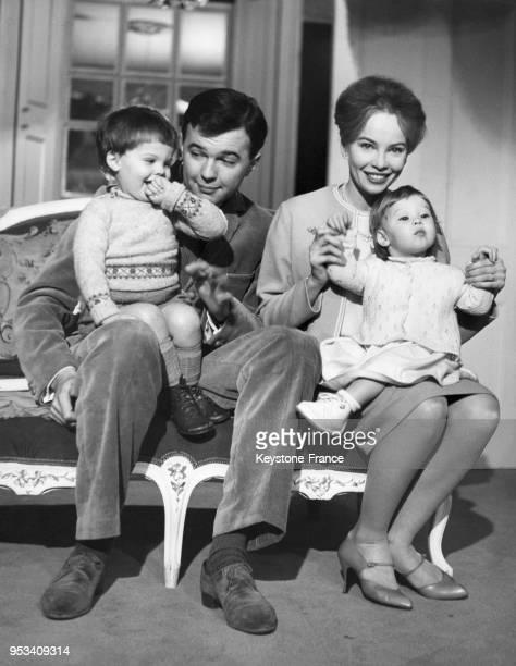 Leslie Caron photographiée avec son mari Peter Hall et ses deux enfants, Christopher John et Jennifer chez eux, à Londres, Royaume-Uni en 1959.