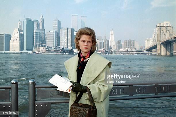 """Leslie Malton, ZDF-Fünfteiler-;""""Sturmzeit"""", Dreharbeiten, New York, USA,;Hudson-River, Skyline, Brief, Handschuhe,;Brücke, Handtasche, Tasche,"""