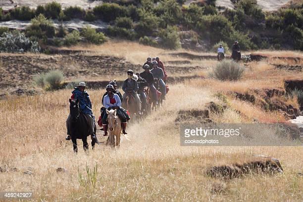 lesoto paseo a caballo - lesoto fotografías e imágenes de stock