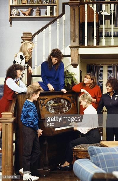 LIFE Less Than Perfect Episode 18 Pictured Sherrie Krenn as Pippa McKenna Lisa Whelchel as Blair Warner Mackenzie Astin as Andy Moffet Stickle Nancy...