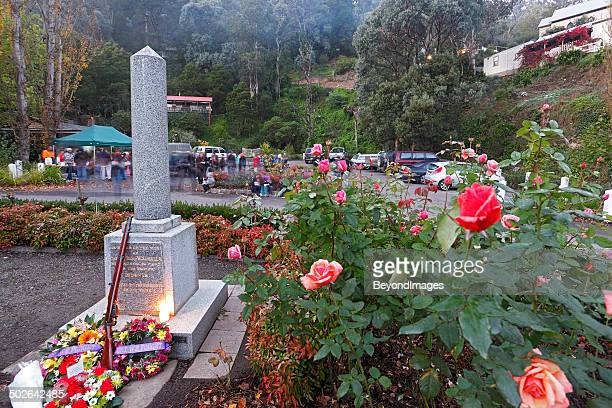 """lest we forget"", anzac day dawn service in small community - cenotaph stock pictures, royalty-free photos & images"