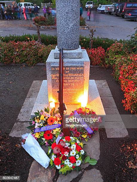 """""""lest we forget"""", anzac day memorial in small community - anzac day stock pictures, royalty-free photos & images"""