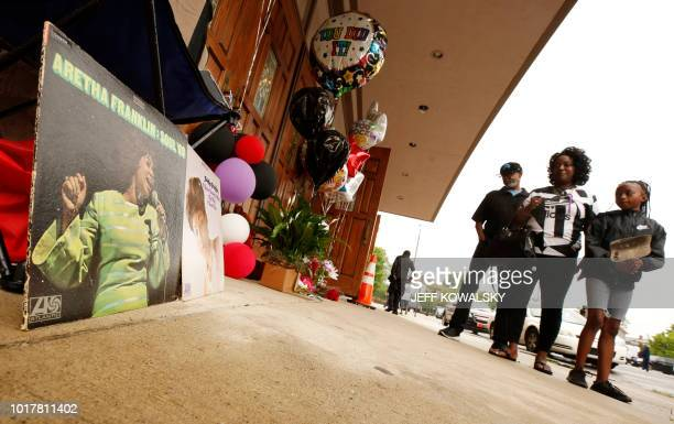 Lester Finley LaShona Smith and Lesley Finley look at a memorial set up outside of New Bethel Baptist Church following the announcement of Aretha...