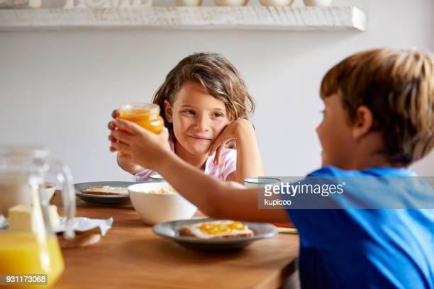 deixe-me ajudá-lo a mana - comida pronta - fotografias e filmes do acervo