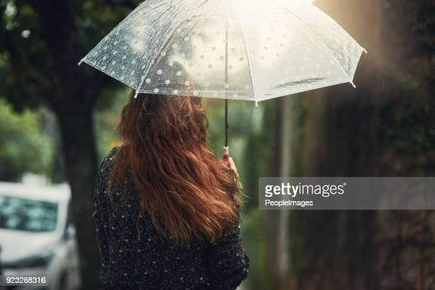 deixe a chuva lavar todas as preocupações de ontem - chapéu - fotografias e filmes do acervo
