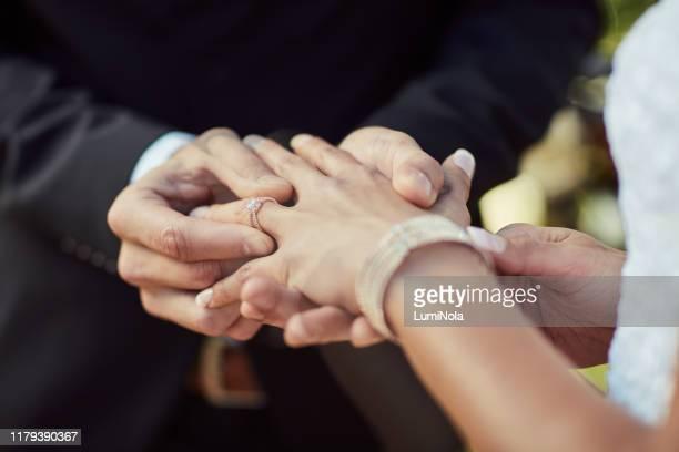que ce soit un symbole de notre amour éternel - mariage photos et images de collection