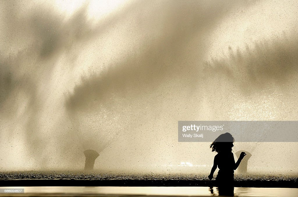 SAN PEDRO, CALIFORNIA JANUARY 23, 2010–Letcia Garcia, 6, tries to avoid the spray from a water show : News Photo