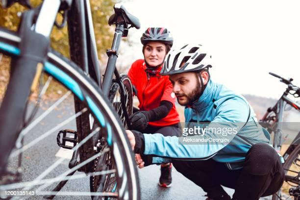 låt oss fixa din cykel, min kära - partire bildbanksfoton och bilder