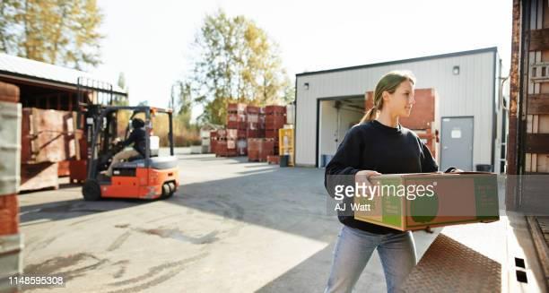 laat krijgen deze goederen geleverd - food truck stockfoto's en -beelden