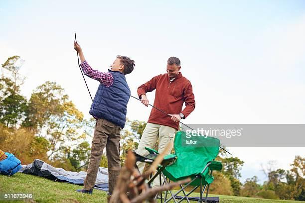 さあ、このキャンプ設定します。 - ポール ストックフォトと画像