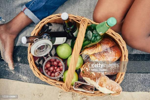 laten we gaan lunchen met de natuur - picknick stockfoto's en -beelden