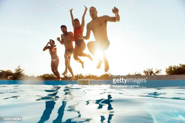 let's jump together! - piscina pubblica all'aperto foto e immagini stock