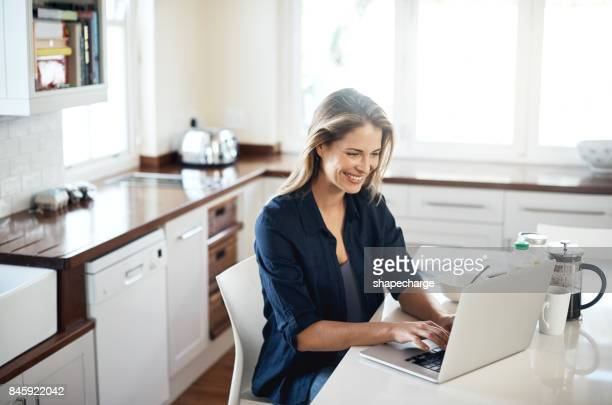 この日にログインしましょう - 若い女性だけ ストックフォトと画像